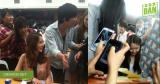 Khi sinh viên Yoona đến lớp, bạn học vây kín xung quanh chụp hình, xin chữ ký