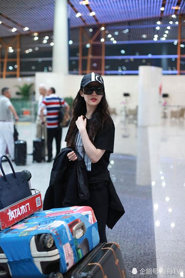 Lưu Diệc Phi lại đốn tim fan vì đẹp như thần tiên ở sân bay