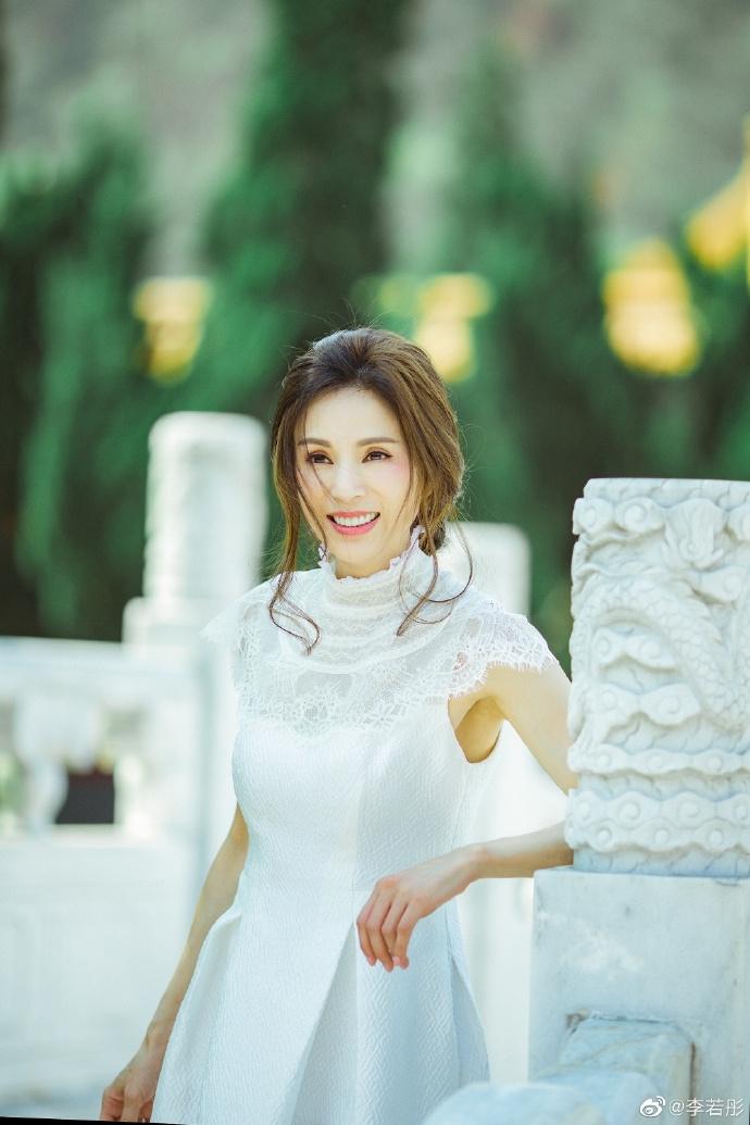 'Tiểu Long Nữ' Lý Nhược Đồng đẹp không tì vết ở tuổi U50