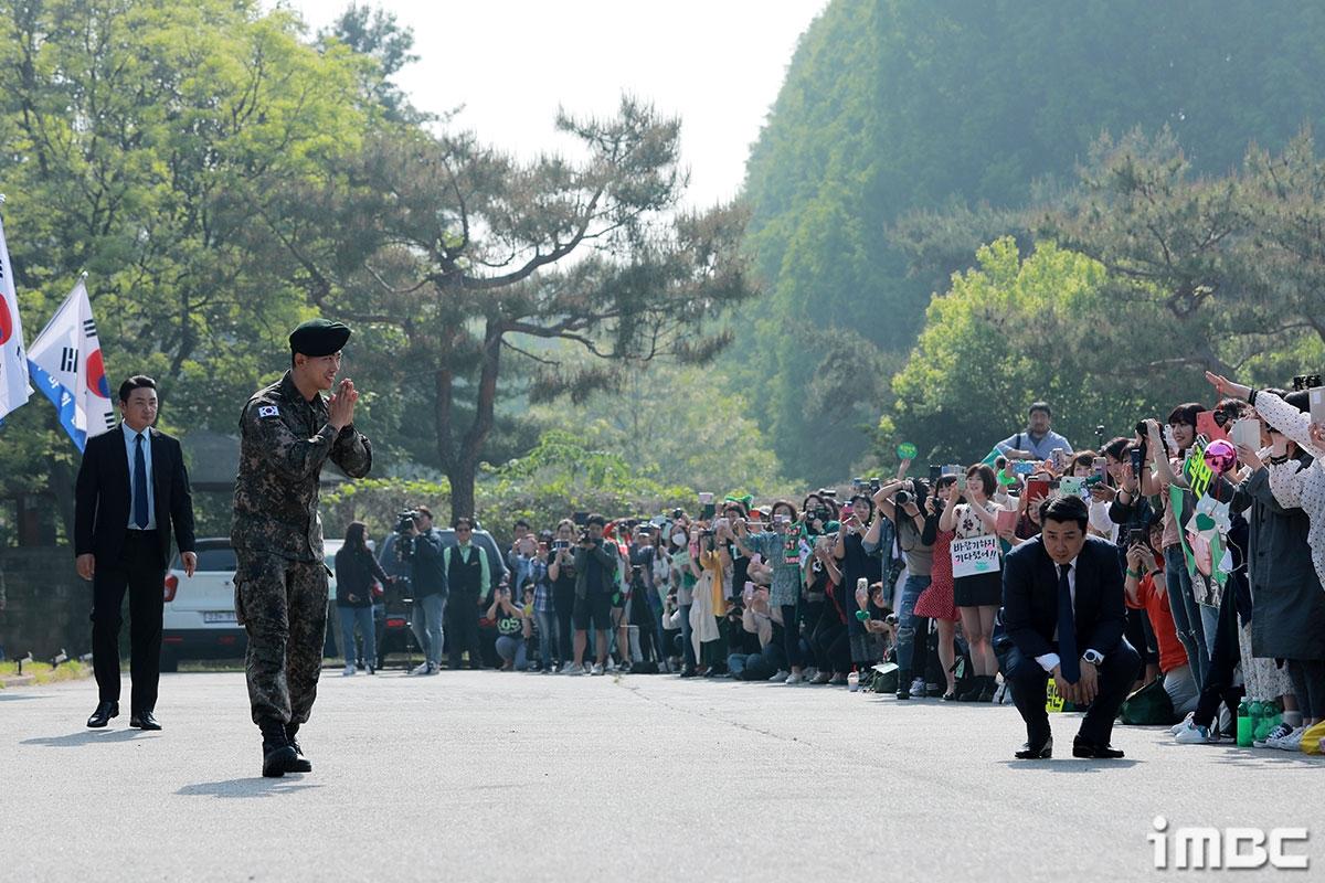 Taecyeon xuất ngũ trong sừ chào đón của Chansung và rừng fan