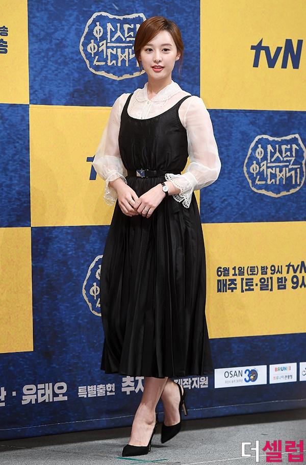 Kim Ji Won tỏa sáng và xinh đẹp như tiên nữ trong họp báo phim mới