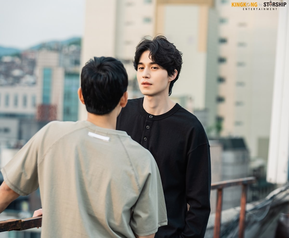 Lee Dong Wook tỏa sáng trong hậu trường 'Stranger From Hell'