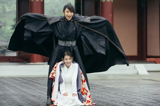 Lee Jun Ki và loạt nam thần cool ngầu cứ tắt máy quay là lộ bản chất