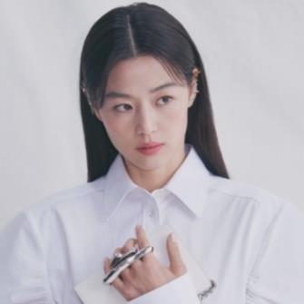 """""""Mợ chảnh"""" Jun Ji Hyun khoe thần thái nữ hoàng trong ảnh quảng cáo mới"""