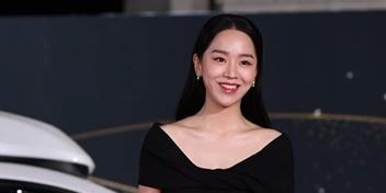 """""""Chàng hậu"""" đọ dáng gay gắt với Shin Min Ah trên thảm đỏ Rồng Xanh"""